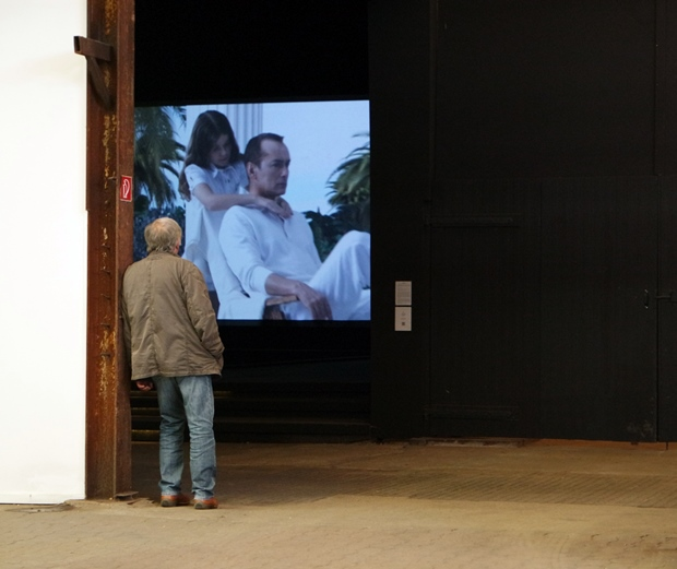 videokunst in der grossen Halle: kein Problem. da ist genug Platz